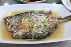 Pescados del vapor del estilo chino Fotos de archivo libres de regalías