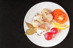 Pescados e ingredientes crudos de mar de las verduras para cocinar en la tabla negra Visión superior con el espacio de la copia Fotos de archivo libres de regalías