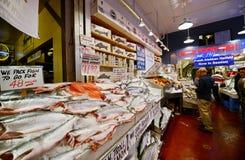 Pescados en el mercado de lugar de Pike en Seattle, Washington Imagen de archivo libre de regalías