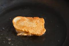 Pescados en la pasta en la cacerola Imagen de archivo