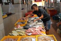 Pescados frescos de la venta del vendedor ambulante en mercado Foto de archivo
