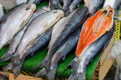 Pescados frescos en mercado callejero Foto de archivo libre de regalías