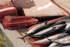 Pescados frescos en mercado local Foto de archivo