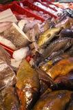 Pescados frescos en venta en mercado de los mariscos fotos de archivo
