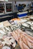 Pescados frescos y vendedor en el mercado de Utrecht en Holanda Fotos de archivo