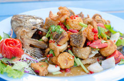 Pescados fritos con Chili Sweet Sauce Fotografía de archivo libre de regalías