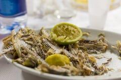 Pescados fritos con el limón exprimido Foto de archivo libre de regalías
