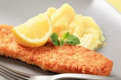 Pescados fritos con el puré de patata Imagen de archivo