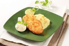 Pescados fritos con el puré de patata Foto de archivo libre de regalías