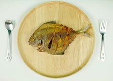 Pescados fritos con la bifurcación y la cuchara Fotos de archivo libres de regalías