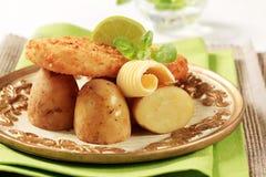 Pescados fritos con nuevo, patatas Imagen de archivo libre de regalías