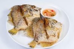 Pescados fritos en la placa blanca imagenes de archivo
