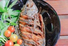 Pescados fritos en placa Foto de archivo