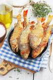 Pescados fritos en un sartén Foto de archivo libre de regalías