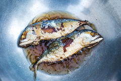 Pescados fritos en una cacerola Imagenes de archivo