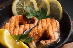 Pescados fritos o asados a la parrilla Foto de archivo