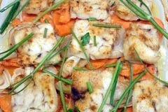 Pescados fritos preparados con la opinión superior de la cebolla, de los verdes, de la zanahoria y de las especias Foto de archivo libre de regalías