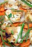 Pescados fritos preparados con la opinión superior de la cebolla, de los verdes, de la zanahoria y de las especias Imagenes de archivo