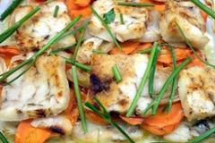 Pescados fritos preparados con la opinión superior de la cebolla, de los verdes, de la zanahoria y de las especias Fotos de archivo