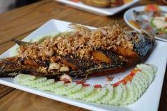 Pescados fritos tailandeses con ajo Imagen de archivo libre de regalías