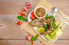 Pescados fritos tailandeses con los chiles picantes Foto de archivo libre de regalías
