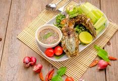 Pescados fritos tailandeses con los chiles picantes Fotografía de archivo