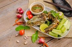Pescados fritos tailandeses con los chiles picantes Imagenes de archivo