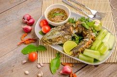 Pescados fritos tailandeses con los chiles picantes Imagen de archivo