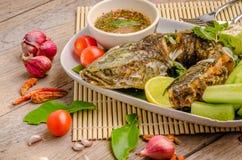 Pescados fritos tailandeses con los chiles picantes Fotos de archivo libres de regalías