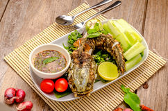 Pescados fritos tailandeses con los chiles picantes Fotos de archivo