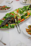 Pescados grandes en la tabla durante evento del abastecimiento Comida fría de abastecimiento Imagen de archivo