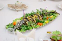 Pescados grandes en la tabla durante evento del abastecimiento Comida fría de abastecimiento Fotos de archivo libres de regalías