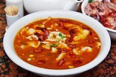 Pescados hervidos en sopa del chile imagen de archivo