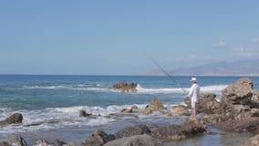 Pescados lujosos de los cautchs del pescador en el mar Pesca Panorama del cielo metrajes
