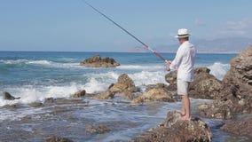 Pescados lujosos de los cautchs del pescador en el mar Pesca Tiempo agradable Día asoleado metrajes