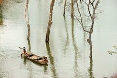 Pescados netos del pescador en el lago Fotografía de archivo