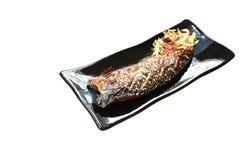 Pescados o caballa asados a la parrilla de Saba con la salsa de soja negra dulce que remata el s?samo blanco en la placa imagen de archivo