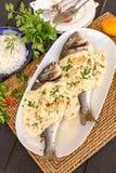 Pescados picantes con la salsa del tahini foto de archivo
