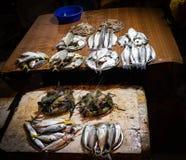 Pescados que venden la tienda en la calle imágenes de archivo libres de regalías