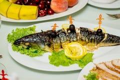 Pescados rellenos con verde y limón en la tabla festiva, a lo largo de los wi fotografía de archivo