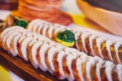 Pescados rellenos, sirviendo en una zanja con rábano picante rojo en platos de madera, cocina casera tradicional imágenes de archivo libres de regalías