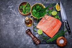 Pescados rojos de color salm?n del filete fresco en negro imagen de archivo libre de regalías