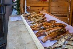 Pescados sabrosos ahumados en el contador Foto de archivo