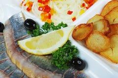 Pescados salados con las patatas Fotos de archivo