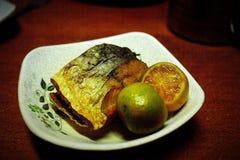 Pescados salados deliciosos con la cal foto de archivo