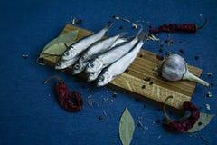 Pescados salados en un soporte de madera fotografía de archivo libre de regalías