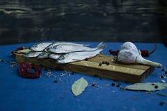 Pescados salados en un soporte de madera fotos de archivo libres de regalías