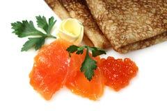 Pescados y caviar de color salmón con las crepes rusas Fotografía de archivo