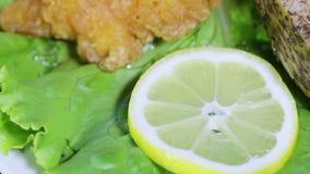Pescados y huevas asados de los pescados en las hojas de la lechuga almacen de metraje de vídeo