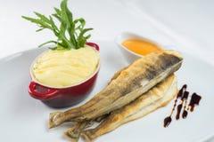 Pescados y purés de patata fritos, salsa Alta cocina en el restaurante Fotografía de archivo